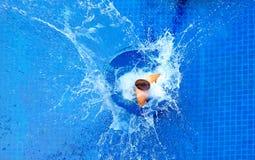 Mens die in pool, reusachtige plons springen Royalty-vrije Stock Foto's
