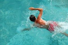 Mens die in pool zwemt Stock Foto's