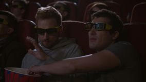 Mens die popcorn in 3d bioskoop eten Spectactors geniet bioskoop van snacks stock video