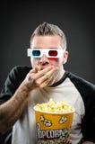 Mens die popcorn eten die 3d glazen dragen Stock Foto's