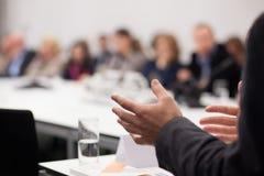 Mens die presentatie hebben bij seminarie Stock Foto