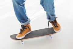 Mens die pret op zijn skateboard hebben Stock Afbeeldingen