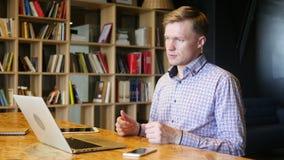 Mens die project in videoconferentie bespreken stock videobeelden