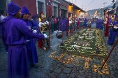 Mens die purpere robes en oude Roman militaire kleren dragen tijdens de Pasen-vieringen, in de Heilige Week, in Antigua, Guatemal stock foto's