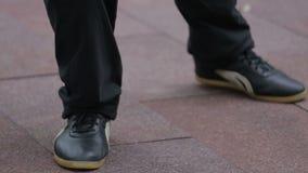 Mens die Qigong uitoefenen stock footage