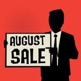 Mens die raad, bedrijfsconcept met tekst August Sale tonen Royalty-vrije Stock Foto's