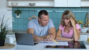 Mens die rekeningen samen met zijn vrouw thuis doen stock videobeelden