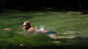 Mens die in Rivier zwemmen stock video