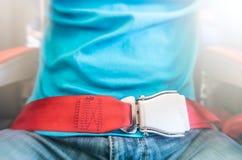 Mens die rode veiligheidsgordel dragen. Veiligheidsmaatregelen. Stock Foto's