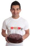Mens die romantische hartcake draagt stock foto
