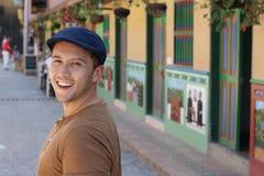 Mens die rond kleurrijke Guatape Colombia wandelen stock afbeeldingen