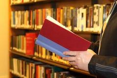 Mens die rood boek houdt royalty-vrije stock afbeelding