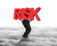 Mens die rood RISICOwoord op rand met cloudscapecityscape dragen Royalty-vrije Stock Foto