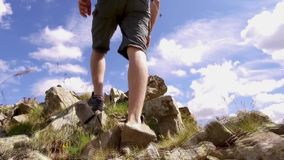 Mens die rots beklimmen terwijl wandeling stock footage
