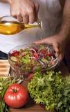 Mens die Salade voorbereidt Stock Foto