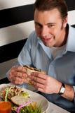 Mens die sandwich in een restaurant eten royalty-vrije stock fotografie
