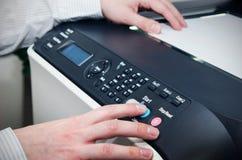 Mens die scanner multifunctioneel apparaat met behulp van royalty-vrije stock fotografie