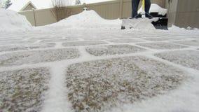 Mens die schop met behulp van om sneeuw na een langzame motie van het de winteronweer te verwijderen stock video