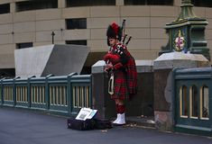 Mens die Schotse kilt blazende doedelzak dragen stock foto's