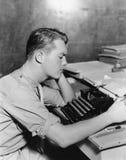 Mens die schrijfmachine met behulp van (Alle afgeschilderde personen leven niet langer en geen landgoed bestaat Leveranciersgaran stock afbeeldingen