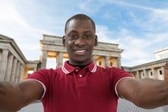 Mens die Selfie nemen bij de Poort van Brandenburg stock fotografie
