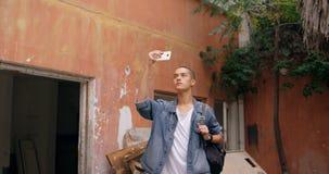 Mens die selfie op mobiele telefoon 4k nemen stock videobeelden