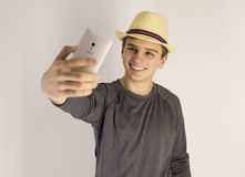 Mens die selfie van zich nemen Stock Foto's