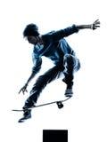 Mens die skateboarder silhouet met een skateboard rijden stock afbeelding
