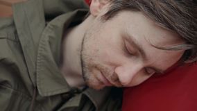Mens die in slaap tijdens zijn ontbijt na overwerk freelancer student bezig in vermoeide zolderslaap vallen stock videobeelden