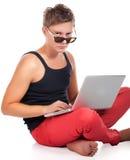 Mens die sleeveless sportoverhemd met donkere laptop van de glasholding dragen Stock Afbeeldingen