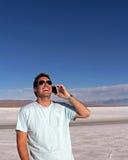 Mens die slimme telefoon in openlucht met behulp van Stock Foto's