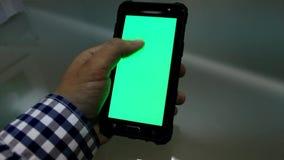 Mens die smartphone in bureau bekijken stock video