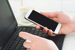Mens die smartphone en creditcard gebruiken om online betaling te verrichten royalty-vrije stock foto's