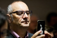 Mens die smartphone gebruiken tijdens een gebeurtenis Stock Afbeelding