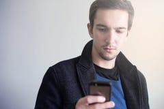 Mens die Smartphone gebruikt Stock Foto