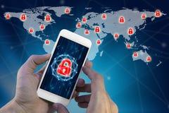 Mens die smartphone met het virtuele scherm van het slotvoorzien van een netwerk van glob gebruiken Royalty-vrije Stock Foto's