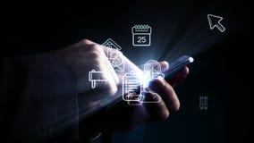 Mens die smartphone met holografische apps gebruiken stock video