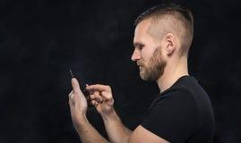 Mens die smartphone of tabletpc met behulp van Stock Foto's