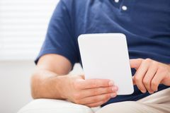 Mens die smartphone thuis gebruiken Royalty-vrije Stock Foto