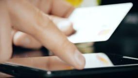 Mens die smartphone voor online aankoop met creditcard gebruiken stock videobeelden