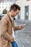 Mens die SMS schrijft stock afbeeldingen