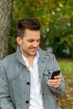 Mens die SMS schrijft stock foto
