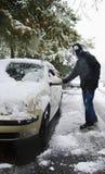 Mens die sneeuw verwijdert Stock Afbeeldingen