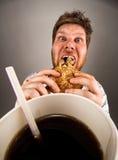 Mens die snel voedsel eet Stock Afbeeldingen