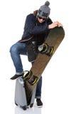 Mens die snowboard in koffer probeert te zetten Stock Fotografie