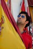 Mens die Spaanse vlag houdt Stock Foto