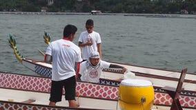 Mens die Sporten Inheemse Rij Dragon Head Boat neigen tijdens Dragon Cup Competition stock video