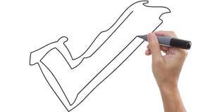 Mens die symbool van correct schetsen/ja/juist op whiteboardachtergrond stock video