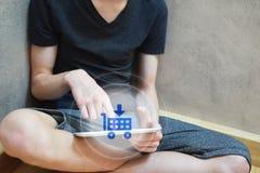 Mens die tablet voor online het winkelen gebruiken stock fotografie