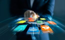 Mens die tablet voor online het winkelen met snelheidspictogrammen gebruiken stock foto